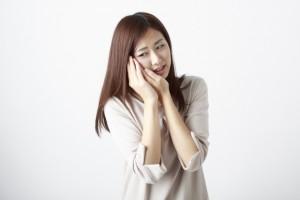 三叉神経痛で悩む女性