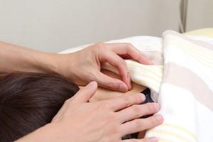 味覚障害を鍼灸で施術する様子