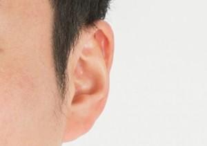 突発性難聴で悩む男性の耳