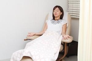 目黒いべ治療院の鍼治療を受けて椅子で休まれている女性